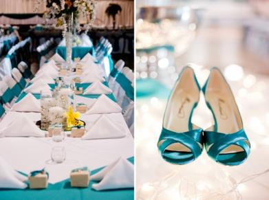 Decoración-de-mesas-en-azul-y-detalle-de-los-zapatos-de-la-novia-Foto-Jeff-Sampson