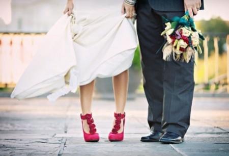 novia-zapatos-de-color-fucsia